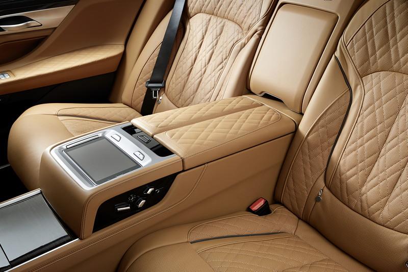 BMW 750Li xDrive (G12 LCI), mit Touch Command, ein herausnehmbares Tablet
