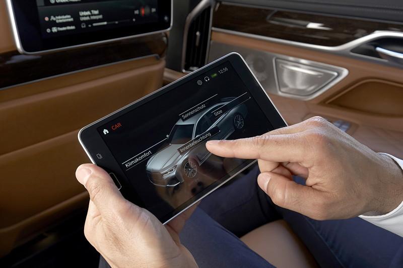BMW 750Li xDrive (G12 LCI), BMW Touch Comand, ein Samsung Tablet, im Fond