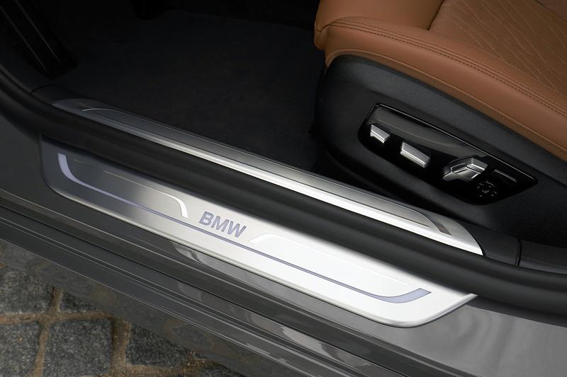 BMW 750Li xDrive (G12 LCI), Einstiegsleiste mit BMW Logo, M