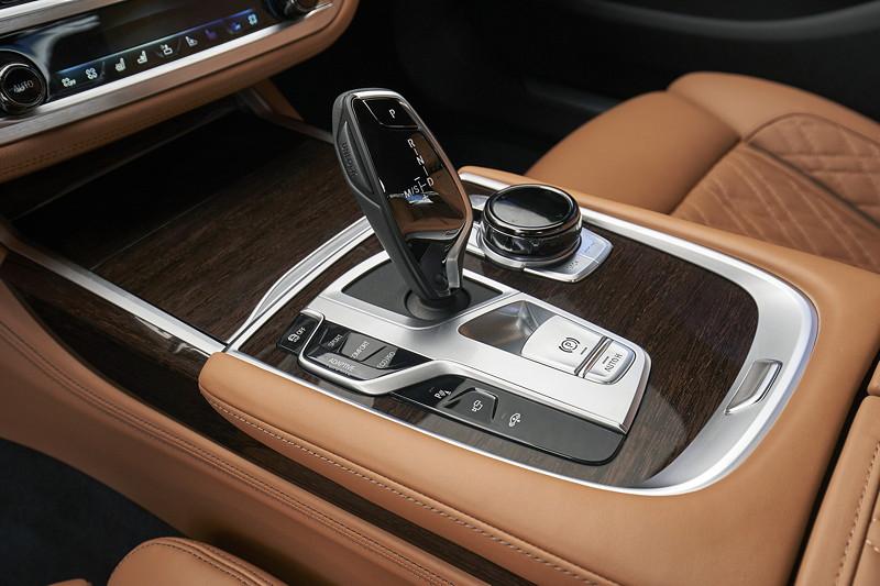 BMW 750Li xDrive (G12 LCI), Mittelkonsole mit Schaltkulisse