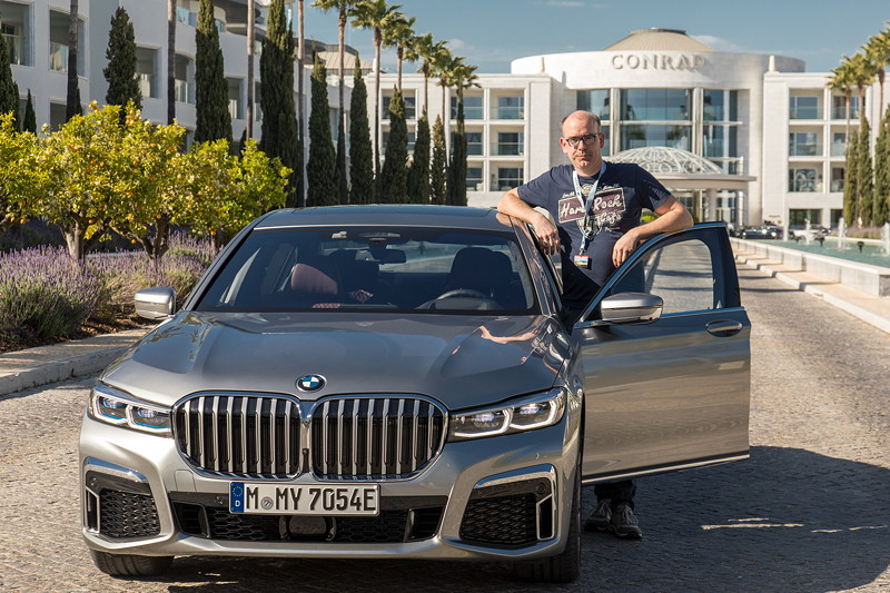 Der Autor dieses Beitrages mit dem Testwagen BMW 745Le xDrive (G12 LCI)