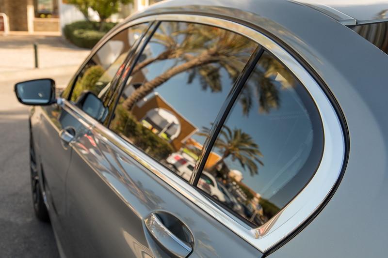 BMW 745Le xDrive mit Chromleiste aus einem Stück, auch am Hofmeisterknick.