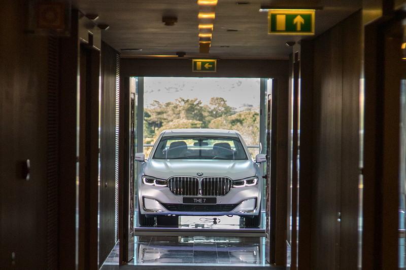 Int. Presse-Präsentation der neuen BMW 7er-Reihe in Portugal: Präsentation eines 745e in einer Hotel-Suite.