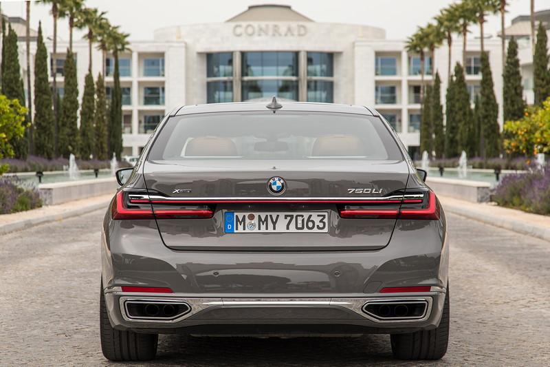 BMW 750Li xDrive (G12 LCI), vor dem Conrad Hotel in Almancil, Portugal
