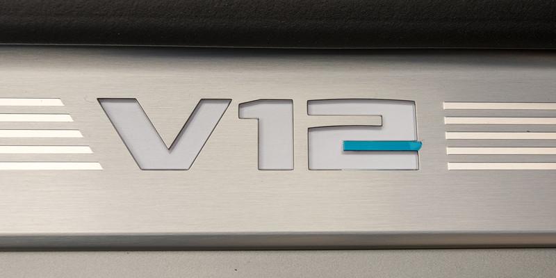 BMW M760Li xDrive (G12 LCI), Einstiegsleiste mit V12 Logo