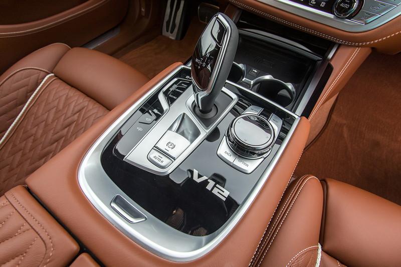 BMW M760Li xDrive (G12 LCI), Mittelkonsole, vorne, mit V12 Logo