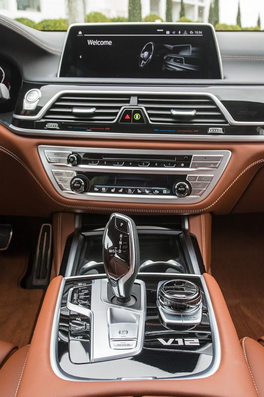 BMW M760Li xDrive (G12 LCI), Mittelkonsole, vorne