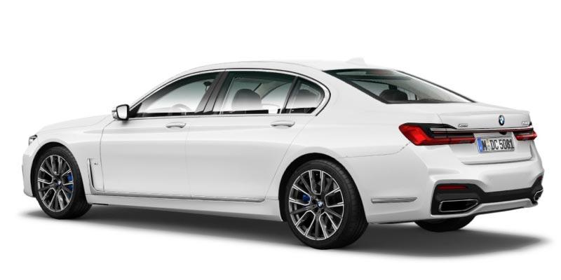 BMW 750Li (G12, Facelift 2019) in alpinweiß mit M Sportpaket, neu ist die hintere Zierleiste auf dem Heck, seitlich