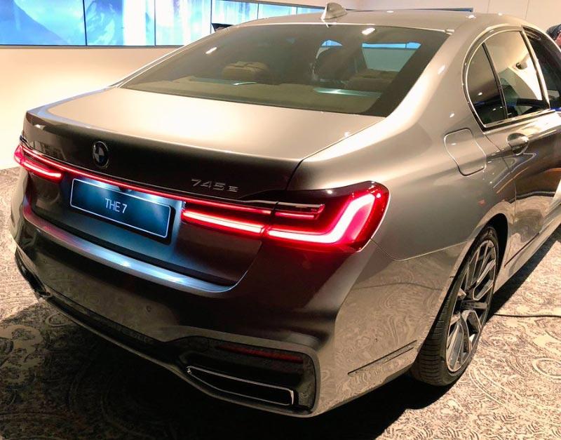 BMW 745e (G12, Facelift 2019), mit neuen Rückleuchten, Lichtband dazwischen und breiter gezogenen Auspuffendstücken.