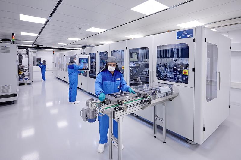 Kompetenzzentrum Batteriezelle: Laserschneiden der Elektrode und Bilden von Elektrodenstapeln