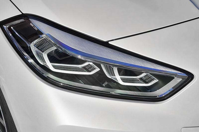 BMW 118i Sportline in Mineralweiss Metallic, Scheinwerfer