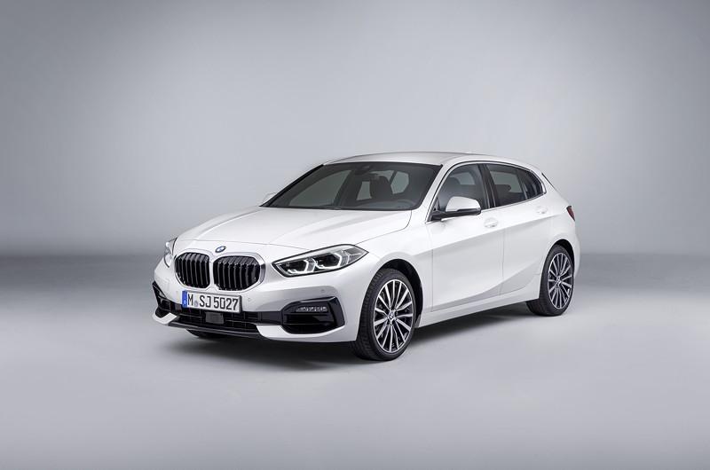 BMW 118i Sportline in Mineralweiss Metallic - Studioaufnahme