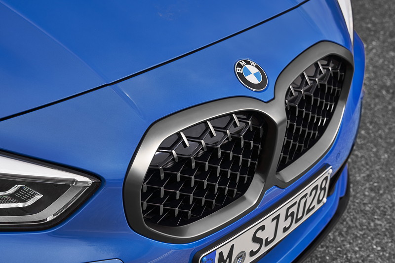BMW M135i xDrive in Misanoblau metallic, einteilige Niere