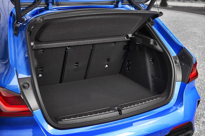 BMW M135i xDrive in Misanoblau metallic, Kofferraum