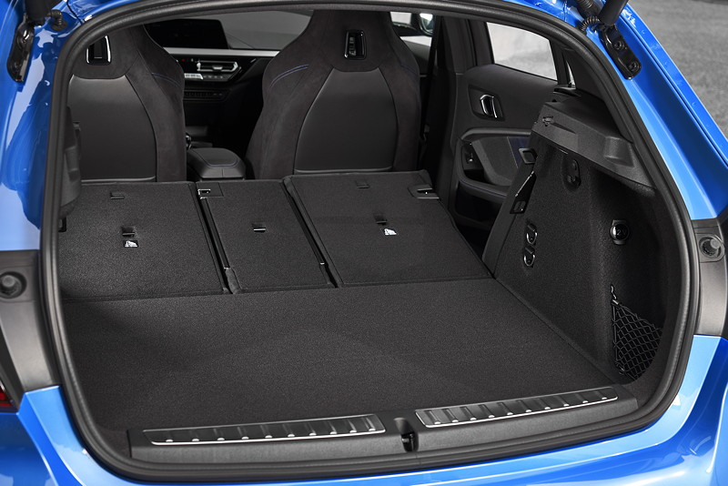 BMW M135i xDrive in Misanoblau metallic, umgeklappbare Sitze im Fond