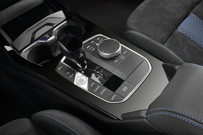 BMW M135i xDrive in Misanoblau metallic, Mittelkonsole mit iDrive Touch Controller