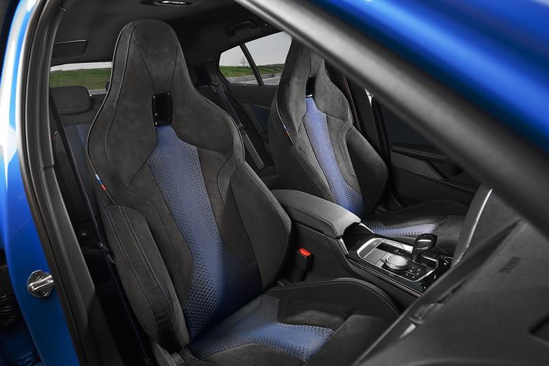 BMW M135i xDrive in Misanoblau metallic, Sportsitze in BiColor