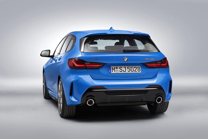 BMW M135i xDrive in Misanoblau Metallic - Studioaufnahme