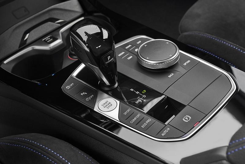 BMW 220d, Modell M Sport, Mittelkonsole mit Schalthebel und iDrive Touch Controller