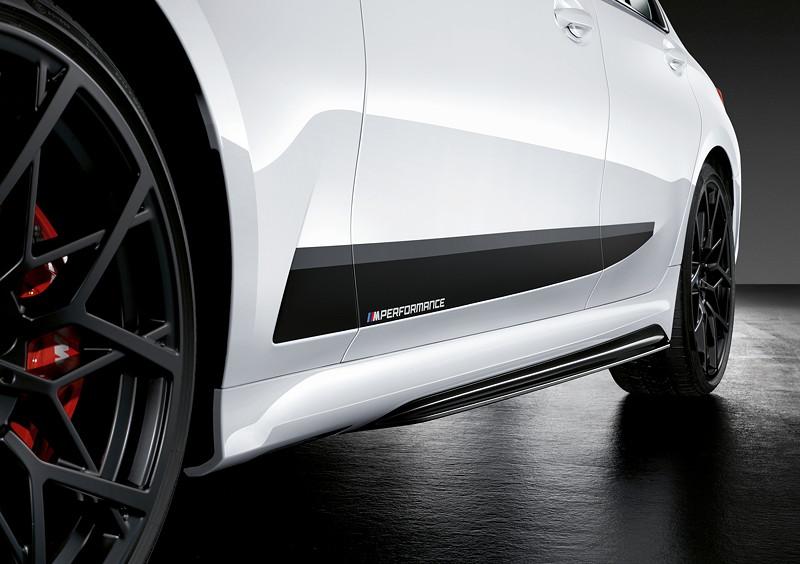 Der neue BMW 3er Touring mit M Performance Parts. M Performance Seitenschwellerfolierung Frozen Black mit M Performance Schriftzug.