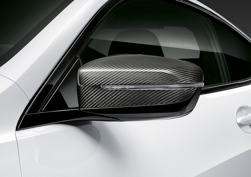 Der neue BMW 8er Gran Coupé mit M Performance Parts. In aufwendiger Handarbeit gefertigte M Performance Außenspiegelkappen in Carbon.