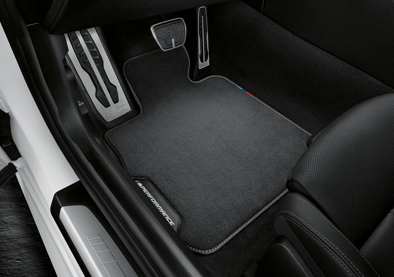 Der neue BMW 8er Gran Coupé mit M Performance Parts. MPerformance Fußmatte mit M Performance Schriftzug und einem Fähnchen in den typischen M Farben.