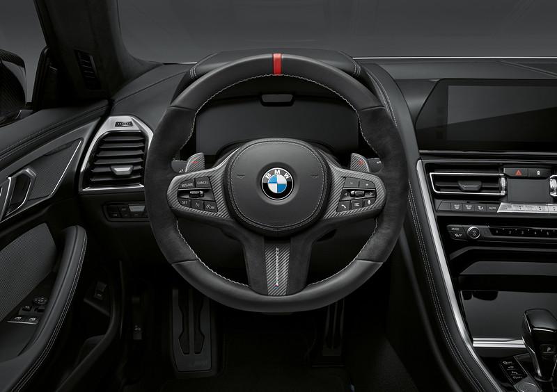 Der neue BMW 8er Gran Coupé mit M Performance Parts. Mit M Performance Lenkrad mit extrem ausgeprägtem Alcantara-Griffbereich, großen Daumenauflagen und spezieller Unterfütterung. Mit roter Mittenmarkierung auf der '12-Uhr-Position' und silbergrauer, handgefertigter Kreuzstichnaht.