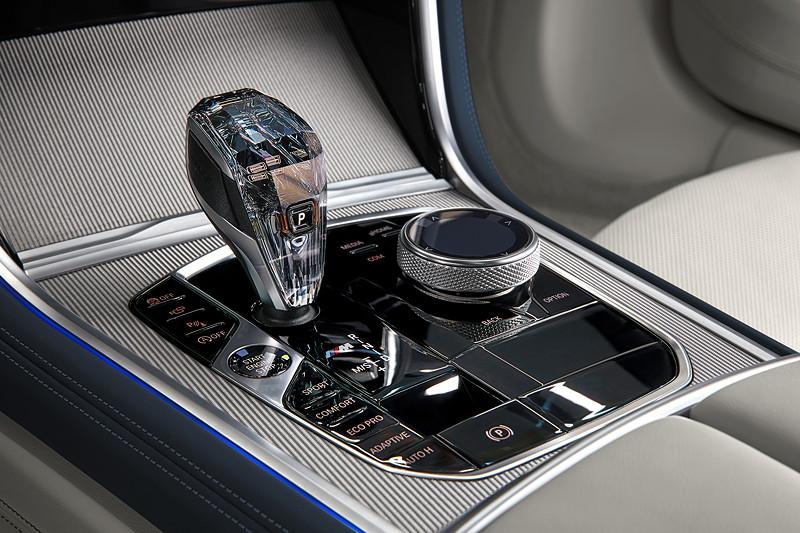 Das neue BMW 8er Gran Coupé, Mittelkonsole mit Automatik Wählhebel und iDrive Touch Controller