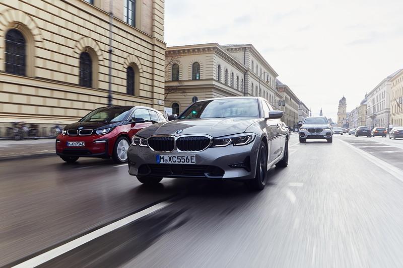 Die BMW 330e Limousine, der BMW i3s und der BMW X5 xDrive45e.