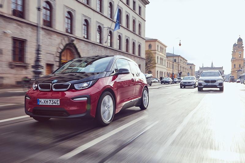 Der BMW i3s, der BMW X5 xDrive45e und die BMW 330e Limousine.
