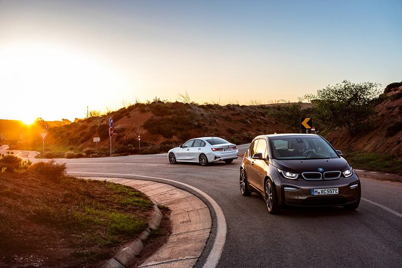 Der BMW i3 und die BMW 330e Limousine.