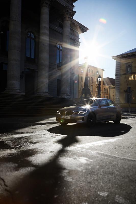 Die BMW 330e Limousine.