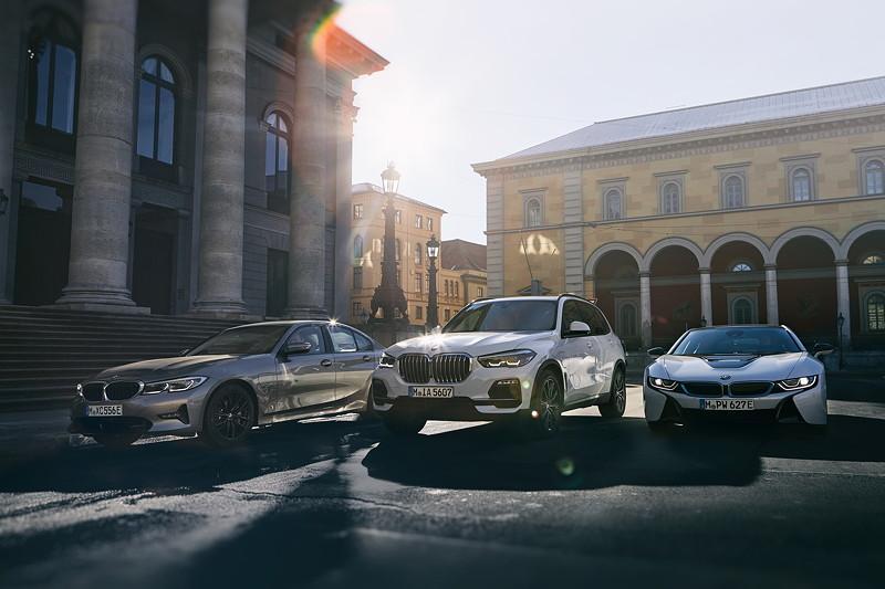 Die BMW 330e Limousine, der BMW X5 xDrive45e und der BMW i8 Roadster.