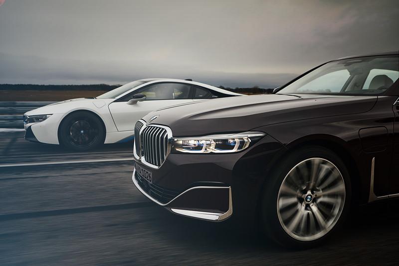 Der BMW i8 Roadster und die BMW 745Le Limousine.