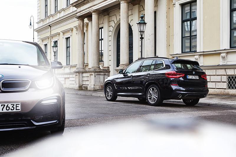 Der BMW X3 xDrive30e und der BMW i3s.