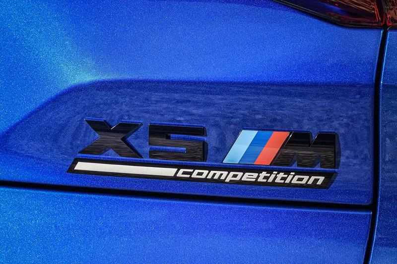 Der neue BMW X5 M Competition (F95). Schriftzug auf der Heckklappe.