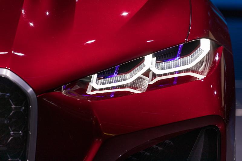 BMW Concept 4 mit flacheren Scheinwerfern, mit Elementen in 3D, die sich nicht hinter einer sonst üblichen Glasscheibe verstecken.
