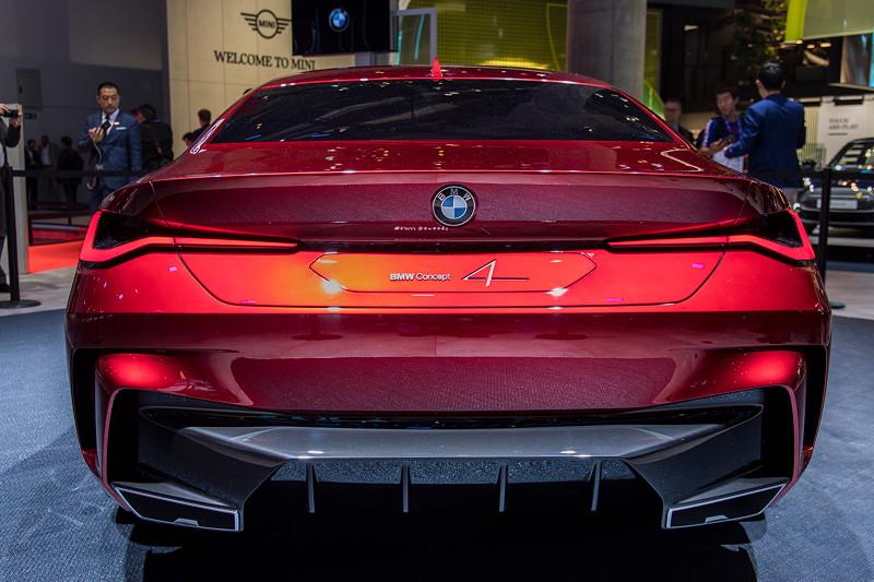 BMW Concept 4, mit 3D Leuchtgrafik am Heck.