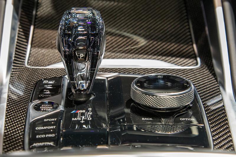 BMW X6 M50i xDrive, Mittelkonsole mit Schalthebel in edlem Glasdesign und iDrive Touch Controller
