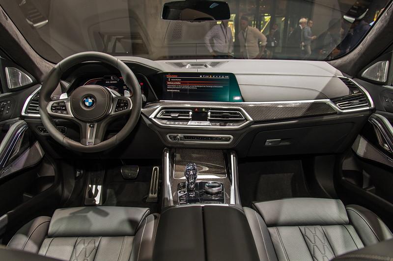 BMW X6 M50i xDrive, Interieur vorne, neu u. a. die beheizbaren und kühlbaren Getränkehalter