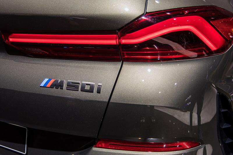 BMW X6 M50i xDrive, mit neuen LED Rücklichtern, Typ-Bezeichnung auf der Heckklappe