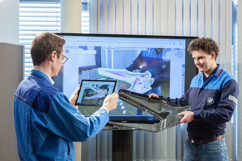 Auszubildende im BMW Group Werk Landshut lernen schon frühzeitig den Umgang mit verschiedenen Industrie 4.0-Anwendungen.