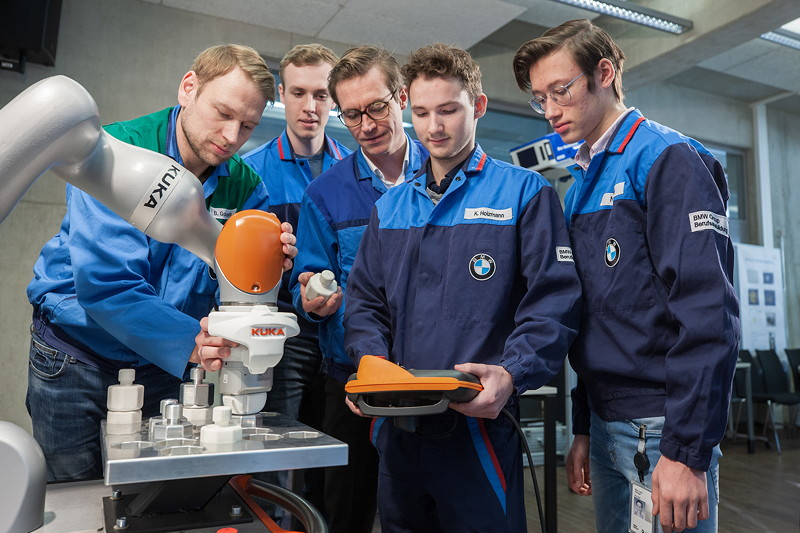 Auszubildende lernen den Umgang mit Industrie 4.0-Anwendungen, wie Mensch-Roboter-Kollaboration.