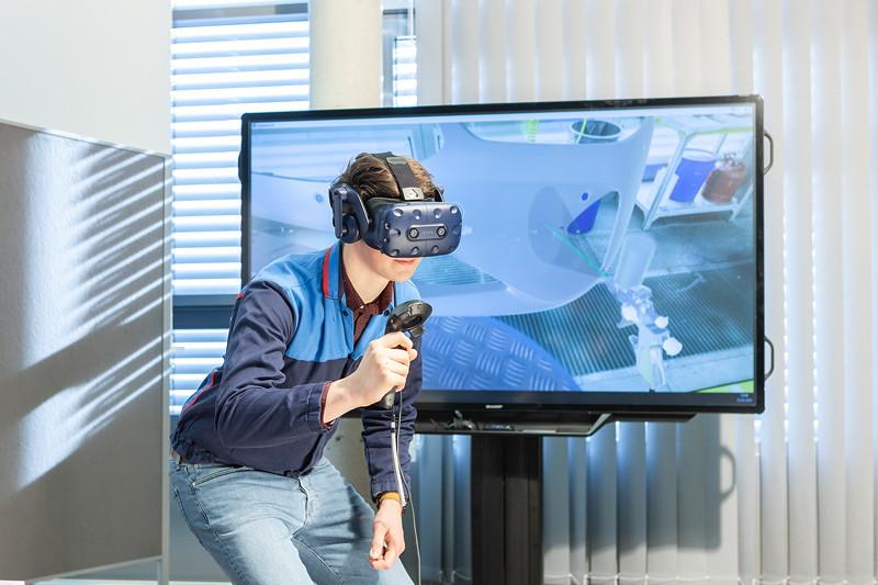 Eine VR-Brille gibt nicht nur ein reales Abbild eines Arbeitsplatzes wieder, sondern leitet auch zur richtigen Ausführung an.