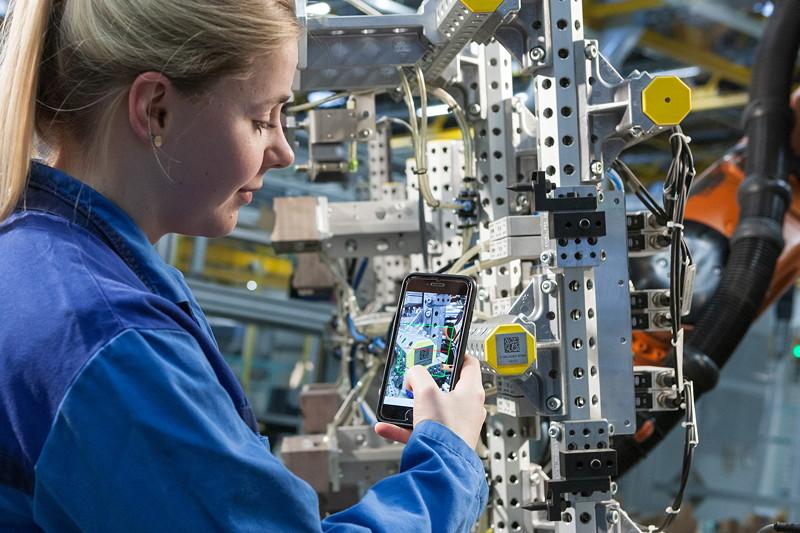 Die Instandhaltung wird digitalisiert: Mittels QR-Code hat der Mitarbeiter Zugriff auf alle Daten der Anlage kann bei Wartung oder Störung zeitnah und effektiv handeln.