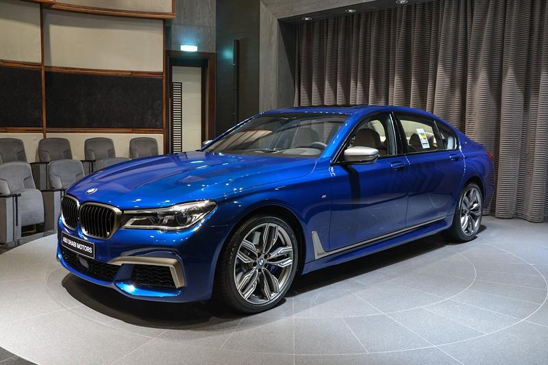 BMW M760Li in Individual Avus blau im Showroom von BMW Abu Dhabi Motors