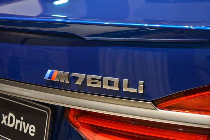 BMW M760Li in Individual Avus blau, Spoilerlippe auf dem Heckdeckel und Typ-Bezeichnung