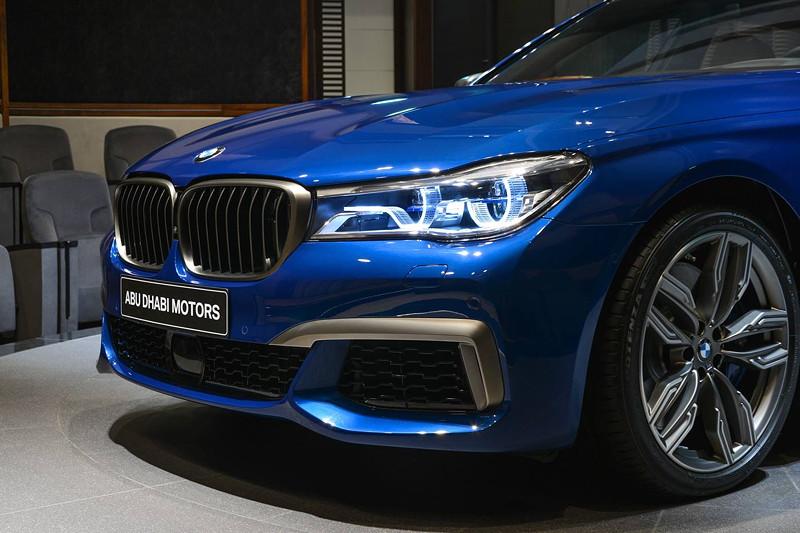 BMW M760Li in Individual Avus blau Niereneinfassung und weitere Zierelemente in Cerium grey