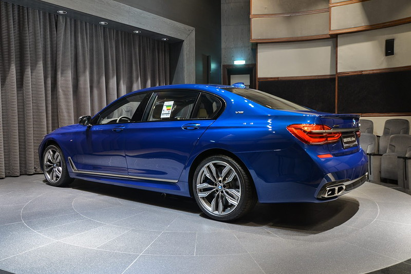 BMW M760Li in Individual Avus blau im Showroom von BMW Abu Dhabi Motors
