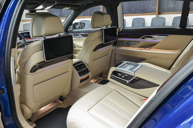 BMW M760Li in Individual Avus blau, mit Fond Entertainment Experience